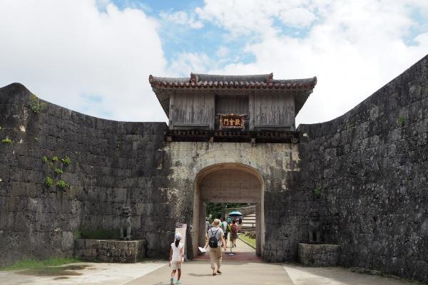 本殿につくまでに門がたくさんあります