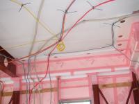 天井配線で1階と2階へ分かれていきます。
