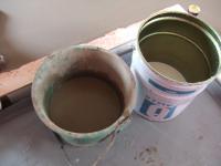 右の液体がUプライマーQ、左がレベリング材