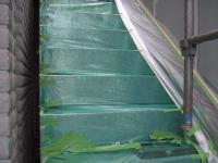 吹きつけの前に養生・外階段