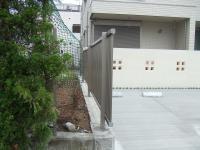 庭の一角 もみじが出ないようにフェンスをつけてもらいます。