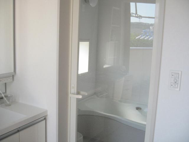 お風呂のドアは透明にしました