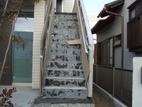 外階段のタイルをはがす