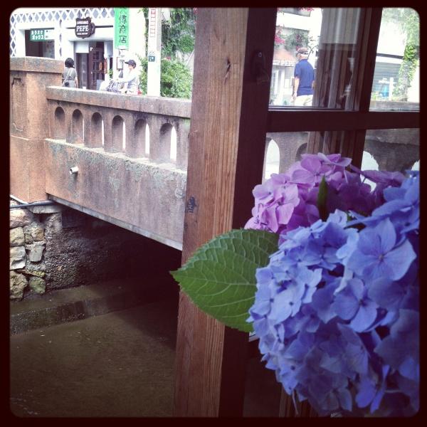 カフェから風情ある川を眺められる