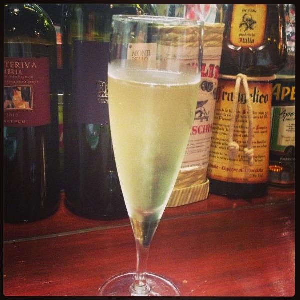 とりあえずスパークリングワイン。Pinot char donnas brut。