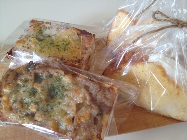 フランスパンの上にのった惣菜パンとシフォンケーキ