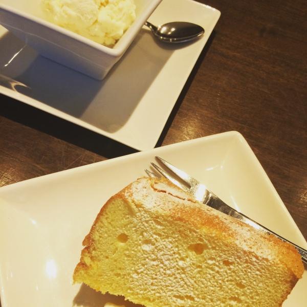 ヨーグルトシフェンケーキ。友達は桃のアイス