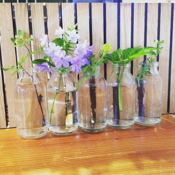 机の前にかわいいお花