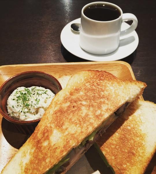 スモークチキンとチーズのサンドイッチとケニアコーヒー