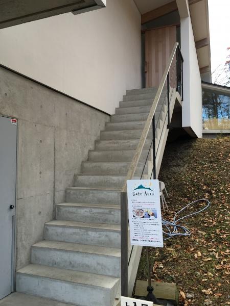 階段をのぼっていきいます
