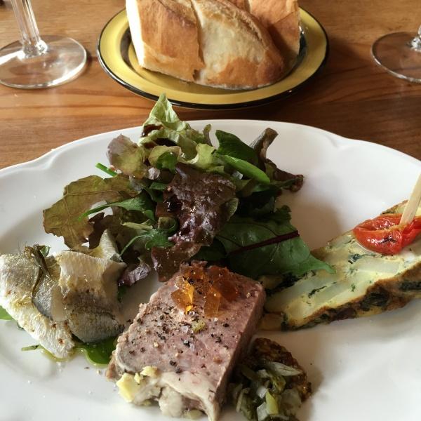 今日のランチ。前菜。キッシュと3種の肉のパテ、魚のカルパッチョ