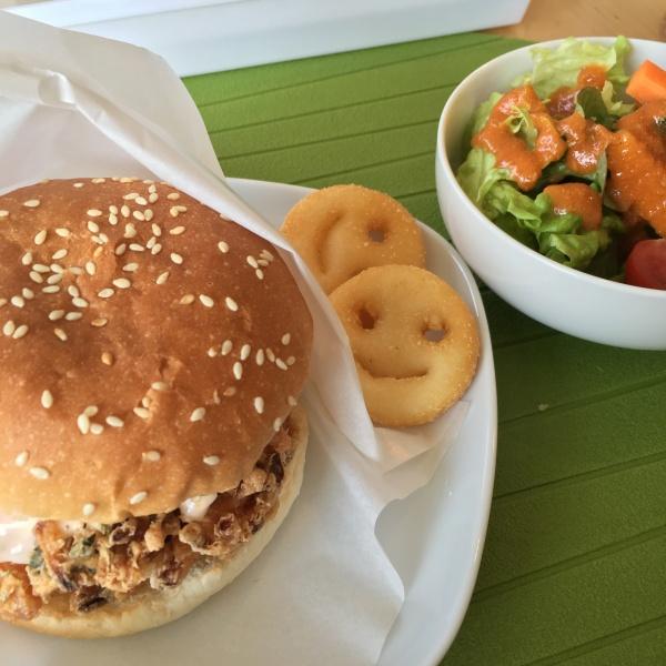 桜えびバーガーとサラダ