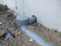 基礎の穴に配管