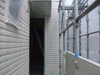 乾いた2F玄関前の石白壁