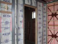 外壁は鉄骨の外に、家の中は軽鉄の間に断熱材が入ります。