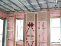 1Fリビング外壁面は鉄骨の下に断熱材ネオマフォーマ、天井は軽鉄の下にダンレーマット