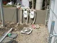 ガスメータを取り付けた塀も下塗がされました。