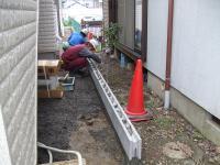 裏の家との境もブロックが埋められます。