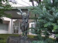 近くの静岡市立高等学校にある彫刻家・掛井五郎作「バンザイヒル 一粒の涙」