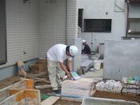 現場責任者の松田さんが書類を見ています