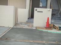 駐車場にコンクリートが流されています。