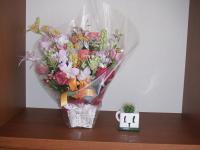 玄関にヘーベルハウスよりお花とヘーベル君のサボテン