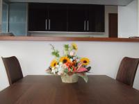 ダイニングテーブルの上の向日葵が入った生花