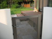 門扉をくぐると左に庭へ行く扉が。愛犬もみじが見えます