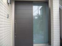 玄関。引き戸タイプ。色はウッディグレー。