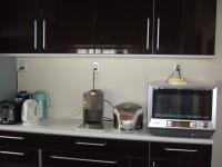 食器棚の一つ 電気製品を置く後がクロス仕上げ