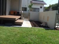 ウッドデッキが熱くなると花壇予定の土の上へ