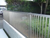 駐車場の一方は柵になっていてもみじが番犬の役目です