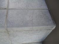 階段の途中にタイルの割れ目