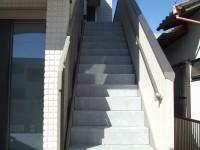 工事で汚れたので階段の手すり等を塗装
