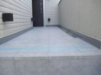 2F玄関前アプローチ、溝は右側だけですっきり