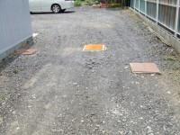 以前の道路に排水溝の蓋が三つ残っています。