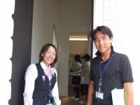 2F玄関前で、営業の米森さんとアシスタントの武智さん