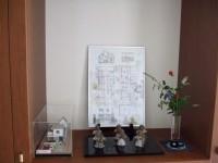 1F玄関に模型と荻原さんのイラストと庭の花を飾りました。